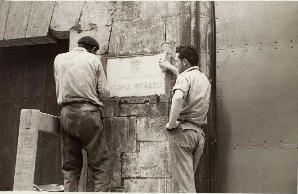 Placement of the plaque of the Picasso Museum in 1963